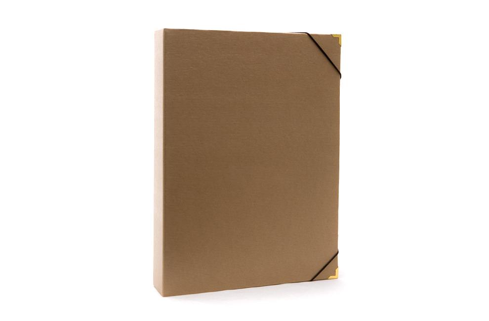 Χάρτινος οικολογικός φάκελος με μεταλλικές γωνίες και κλείσιμο με φάκελο